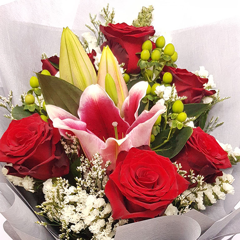 6-stem-Red-Ecuador-Roses-with-Lilies